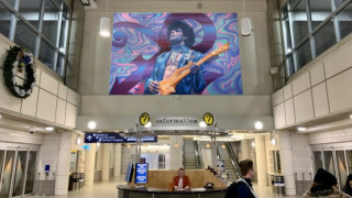 Αεροδρόμιο των ΗΠΑ τιμά τον Prince με μια τοιχογραφία - Στο αγαπημένο του μοβ χρώμα