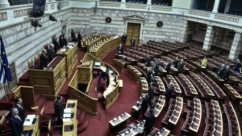 Βουλή: Κόντρα για τους εποπτευόμενους χώρους χρήσης ναρκωτικών – Καταψηφίζει η Γιαννάκου
