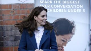 Το άλλο πρόσωπο της Κέιτ Μίντλετον: Παίζει με παιδιά και τους σερβίρει δημητριακά