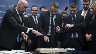 Μητσοτάκης στην κοπή της πρωτοχρονιάτικης πίτας: Εκλογές στο τέλος της τετραετίας