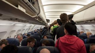 Άνδρας με αντιασφυξιογόνο μάσκα προκάλεσε πανικό σε πτήση