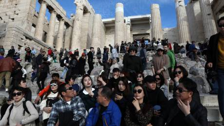 Ελεύθερη η είσοδος σε αρχαιολογικούς χώρους: Πλήθος κόσμου στην Ακρόπολη