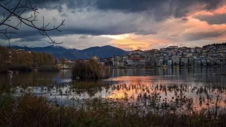 Η πιο ατμοσφαιρική λίμνη της Ελλάδας είναι στην Καστοριά
