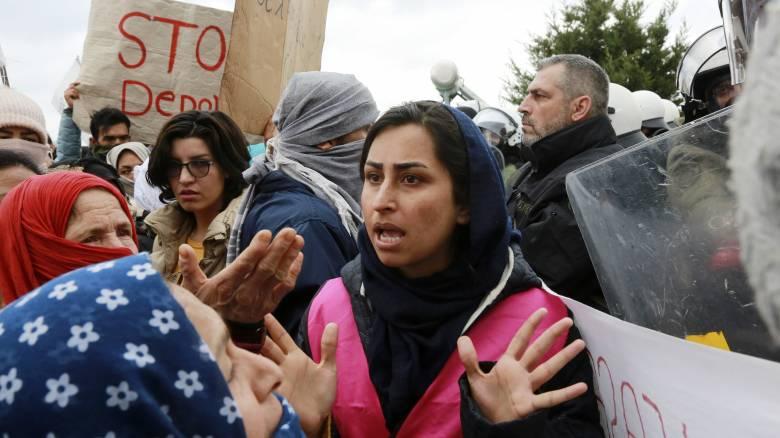 Μυτιλήνη: Στους δρόμους 2.000 πρόσφυγες - Επεισόδια και χημικά έξω από τη Μόρια