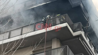 Φωτιά στο Παλαιό Φάληρο: Οι πρώτες εικόνες από το φλεγόμενο διαμέρισμα