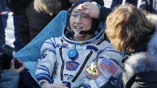 Επέστρεψε στη Γη μετά από 328 ημέρες στο διάστημα η αστροναύτης που έσπασε όλα τα ρεκόρ
