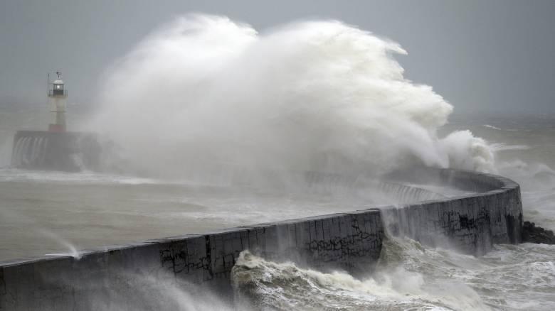 Καταιγίδα «Κιάρα»: Σε πορτοκαλί συναγερμό η Βρετανία που πλήττεται