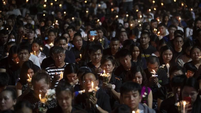 Ταϊλάνδη: Χιλιάδες κόσμου τιμούν τα θύματα του μακελειού
