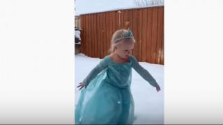 ΗΠΑ: Viral το βίντεο της 2χρονης φαν της «Frozen» που βλέπει για πρώτη φορά χιόνι
