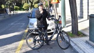 Με ηλεκτρικό ποδήλατο στο Μέγαρο Μαξίμου ο πρόεδρος της ΚΕΔΕ