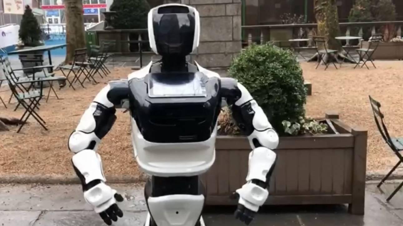Κοροναϊός: Ρομπότ στην Τάιμς Σκουέρ δίνει πληροφορίες και… συζητάει με τους περαστικούς