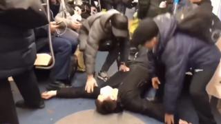 Κοροναϊός: Φαρσέρ «κατέρρευσε» στο μετρό είναι αντιμέτωπος με φυλάκιση