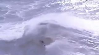 Βίντεο που «κόβει» την ανάσα: Τεράστιο κύμα «καταπίνει» σέρφερ