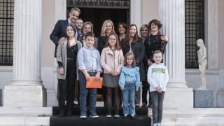 Ο Μητσοτάκης υποδέχτηκε στο Μαξίμου παιδιά που έχουν νικήσει τον καρκίνο