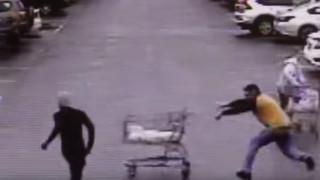 Ο ήρωας με το... καροτσάκι σούπερ-μάρκετ: Σταμάτησε ληστή εντυπωσιακά