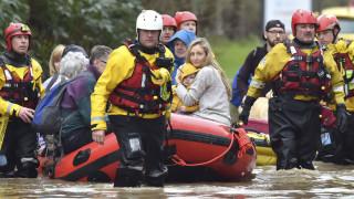 Καταιγίδα «Ντένις»: Πολλά τα προβλήματα στη Βρετανία μετά το εφιαλτικό Σαββατοκύριακο