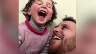 Συρία: Πατέρας - ήρωας μαθαίνει στην κόρη του να… γελάει με τις βόμβες