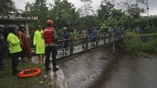 Τραγωδία στην Ινδονησία: Μαθητές παρασύρθηκαν από κύματα ποταμού