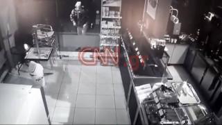 Καρέ – καρέ η δράση διαρρήκτη που είχε «ρημάξει» μαγαζιά σε Μαρκόπουλο και Κορωπί