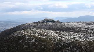 Χιονίζει στην Πάρνηθα: Στα λευκά το καταφύγιο Μπάφι