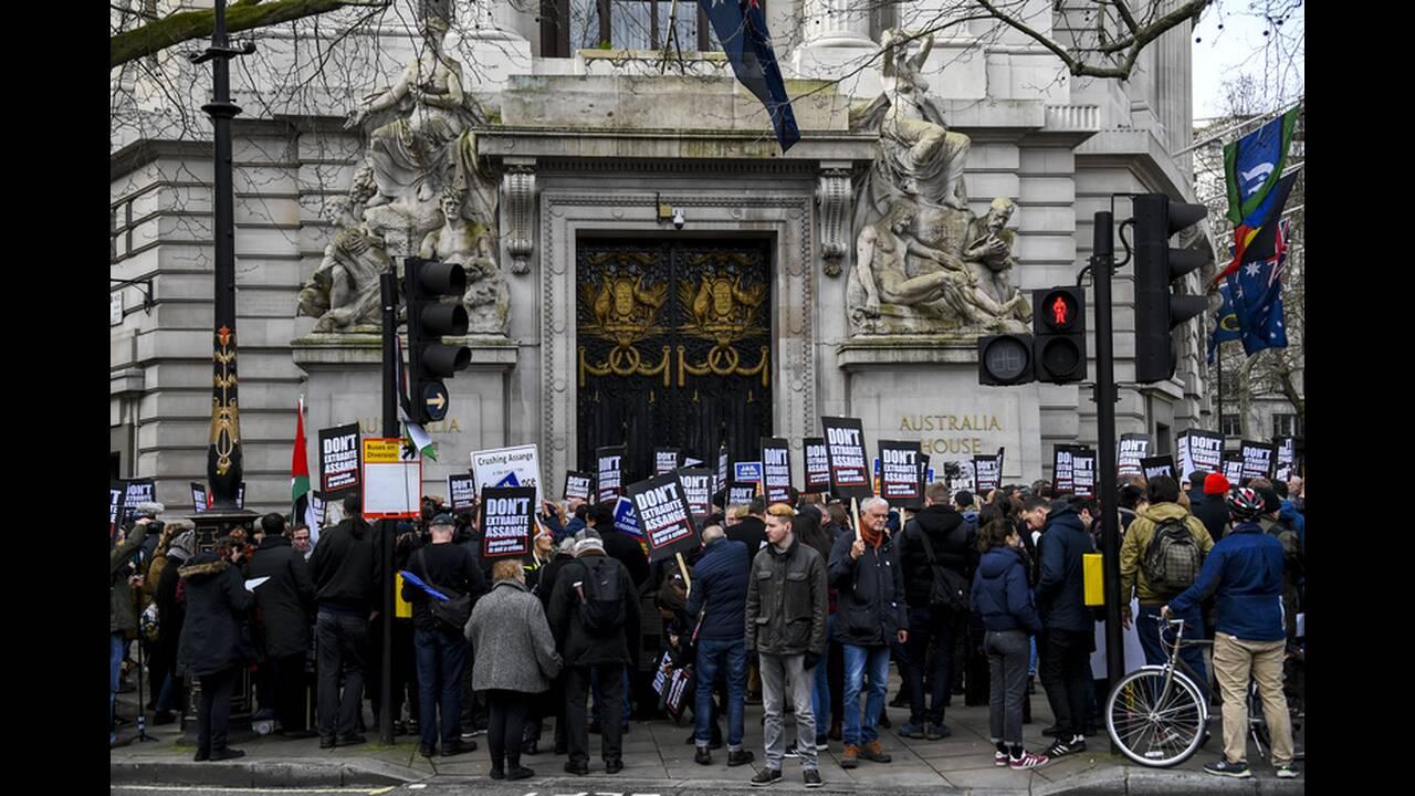 https://cdn.cnngreece.gr/media/news/2020/02/22/208608/photos/snapshot/bretania-assange-3.jpg