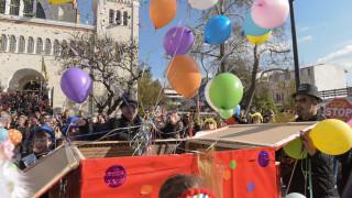 Εντυπωσιακές εικόνες από την παρέλαση καρναβαλιστών στο Μοσχάτο