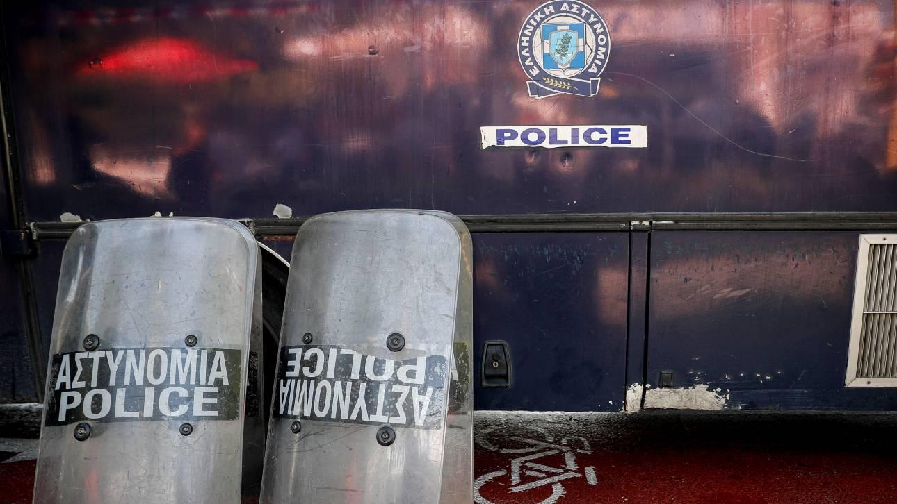 Ένταση και ένας τραυματίας αστυνομικός έξω από την ΑΣΟΕΕ