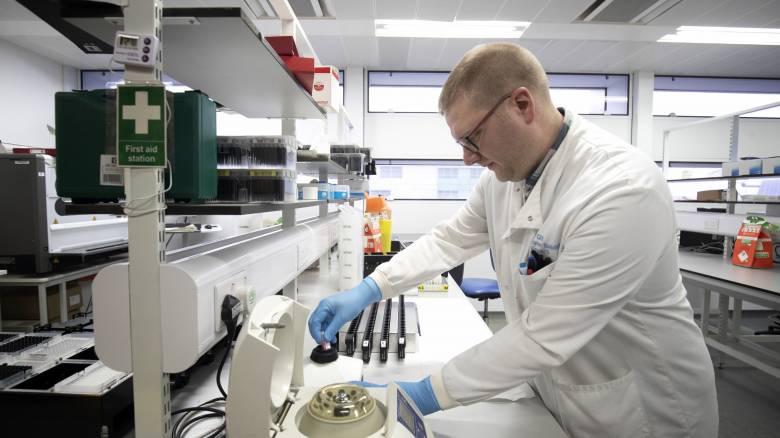 Κοροναϊός: Πώς μεταδίδεται και ποια τα συμπτώματα του ιού