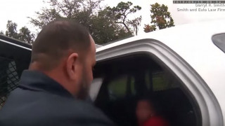 Σάλος στις ΗΠΑ: Αστυνομικός περνάει χειροπέδες σε 6χρονη