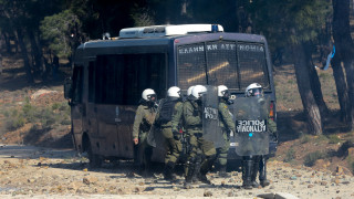 Μυτιλήνη: Εξαγριωμένοι κάτοικοι πέταξαν πράγματα αστυνομικών από ξενοδοχείο