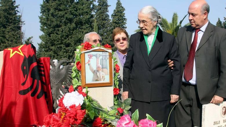 Αλβανία: Πέθανε η «γυναίκα του διαβόλου», η χήρα του δικτάτορα Ενβέρ Χότζα