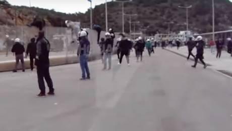 Νέο βίντεο από τη Χίο: Αστυνομικοί κρέμονται από κάγκελα και κυνηγάνε πολίτες – Έρευνα από την ΕΛΑΣ