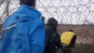 Βίντεο - ντοκουμέντο: Πρόσφυγες κόβουν συρματοπλέγματα κι επιχειρούν να περάσουν στην Ελλάδα