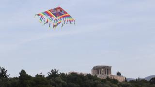 Καθαρά Δευτέρα: Οι Αθηναίοι πετούν χαρταετό με φόντο την Ακρόπολη