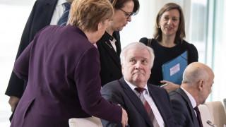 Ο Ζεεχόφερ αρνήθηκε χειραψία στη Μέρκελ λόγω… κορωνοϊού