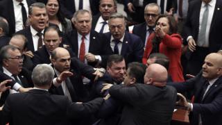 Πιάστηκαν στα χέρια στην τουρκική Βουλή για «προσβολή» του Ερντογάν