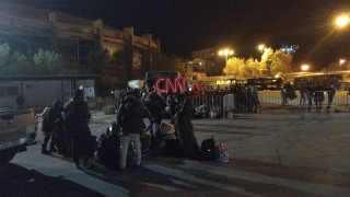Αποστολή CNN Greece στη Μυτιλήνη: Στο αρματαγωγό οι πρώτοι πρόσφυγες και μετανάστες