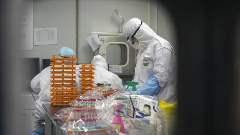 Κινέζοι επιστήμονες προειδοποιούν: Δύο τα στελέχη του κορωνοϊού, το ένα πολύ πιο επιθετικό