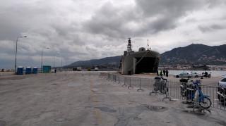 Το CNN Greece στη Μυτιλήνη: Καρέ - καρέ η επιβίβαση προσφύγων και μεταναστών στο αρματαγωγό