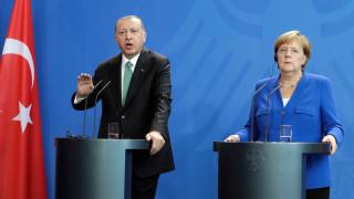 Αναθεώρηση της συμφωνίας για το προσφυγικό ζήτησε ο Ερντογάν από τη Μέρκελ