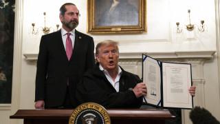 Ο Τραμπ αποδεσμεύει 8,3 δισ. δολάρια για την αντιμετώπιση του κορωνοϊού
