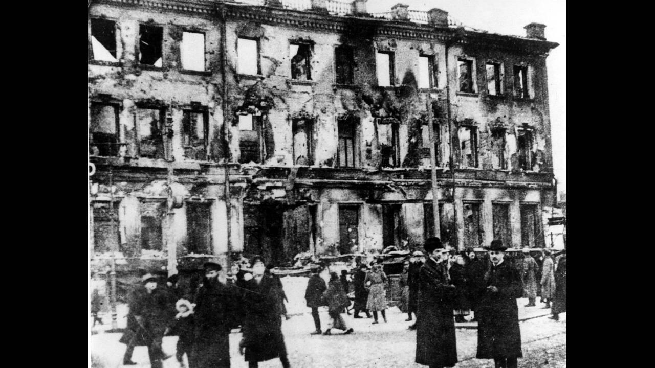 """1917 Λίγο μετά το ξέσπασμα της """"Οκτωβριανής"""" Επανάστασης, μέρος των ανακτόρων στην Αγία Πετρούπολη κείται σε ερείπια."""