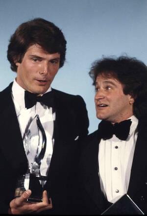 1979 Ο ηθοποιός Κρίστοφερ Ριβ, που έπαιξε το Σούπερμαν, παραδίδει στο Ρόμπιν Ουίλιαμς το Βραβείο Κοινού για τον καλύτερο τηλεοπτικό ρόλο, στα ομώνυμα βραβεία στο Λος Άντζελες.