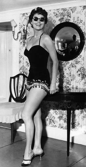 """1954 Η ηθοποιός Άβα Γκάρντνερ με ένα μαύρο βελούδινο μαγιό, πάνω σε ένα γιότ στο Πορτοφίνο. Το συγκεκριμένο μαγιό το φοράει και στην ταινία  """"The Barefoot Contessa"""" στην οποία πρωταγωνιστεί και τα γυρίσματα της οποίας έγιναν στη Ρώμη και την ιταλική Ριβι"""