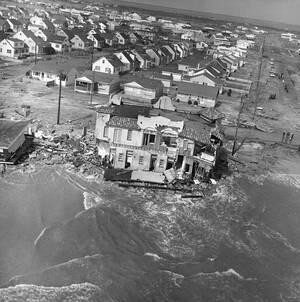 1962 Σαράντα άνθρωποι έχασαν τη ζωή τους στο Νιού Τζέρσεϊ, κατά τη διάρκεια τροπικής καταιγίδας που χτύπησε την ανατολική ακτή των ΗΠΑ.