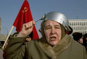 """1993 Μια κομμουνίστρια με μια κατσαρόλα στο κεφάλι της, τη χτυπάει με ένα κουτάλι, φωνάζοντας συνθήματα κατά του Προέδρου Γιέλτσιν. Παίρνει μέρος σε διαδήλωση γυναικών, με τον τίτλο """"άδειες κατσαρόλες"""", στη Μόσχα. Οι γυναίκες διαμαρτύρονταν για τις μεταρ"""