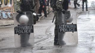 Εξάρχεια: Επίθεση κατά αστυνομικών με πέτρες, ξύλα και καρέκλες - Ένας τραυματίας