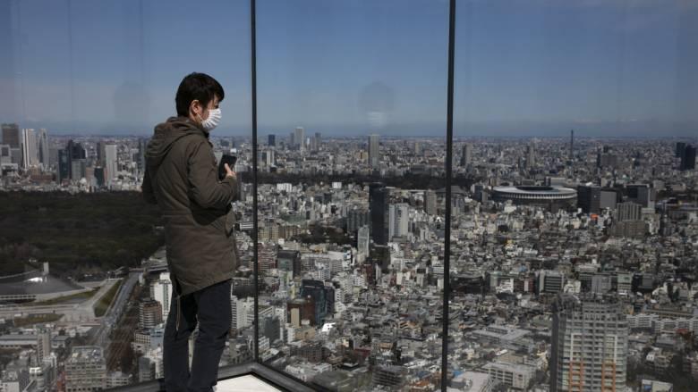 Κορωνοϊός: Ιάπωνας πολιτικός δημοπράτησε μάσκες και έβγαλε 76.000 ευρώ