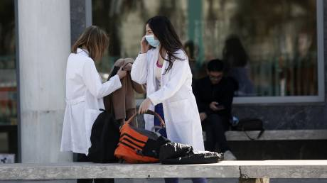 Χατζάκης στο CNN Greece: Τα «ορφανά» κρούσματα δείχνουν ότι ο ιός «περπατάει»