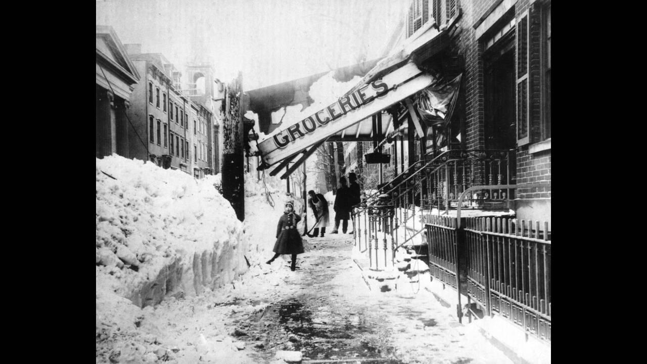1888 Η μεγάλη χιονοθύελλα που έπληξε τη Νέα Υόρκη το Μάρτιο εκείνης της χρονιάς, προκάλεσε τρομερές ζημιές, κυρίως από τους θυελλώδεις ανέμους και το βάρος του χιονιού, που έπεφτε ασταμάτητα επί τέσσερις μέρες.